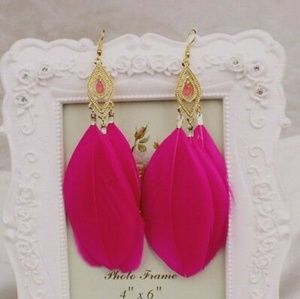 Jewelry - 💕Pink Feather & Gold Earrings💕
